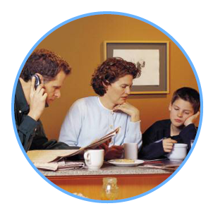 ouders en hun kind aan de keukentafel