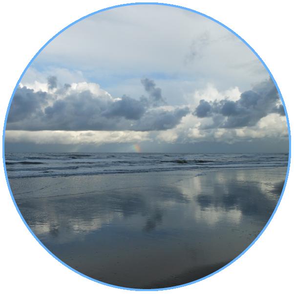 witte en grijze wolken boven de zee