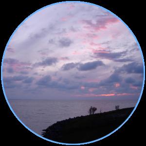 paars en rode wolken boven het meer