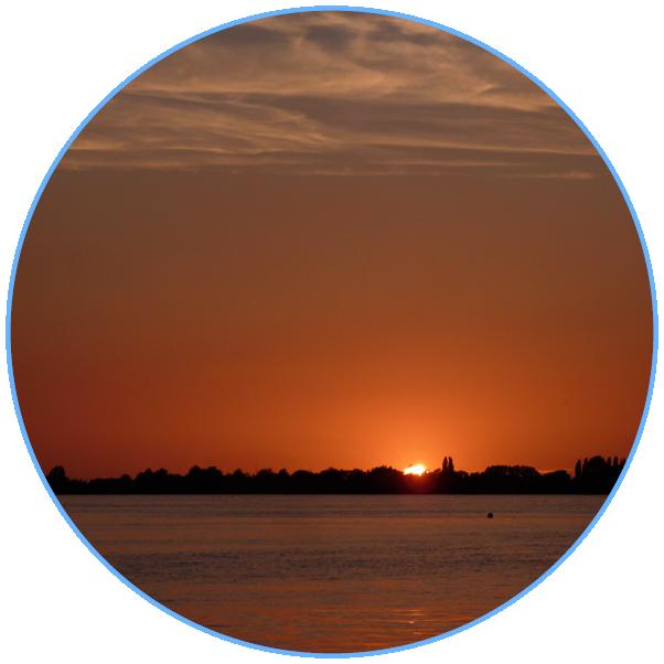 licht van avondrood boven een meer