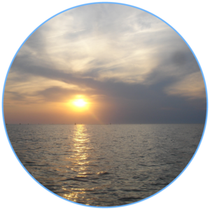 licht van ochtendnevel boven het IJsselmeer
