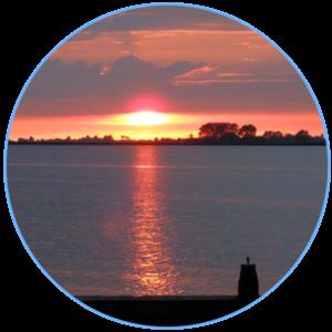 licht van ondergaande zon schijnt op het water