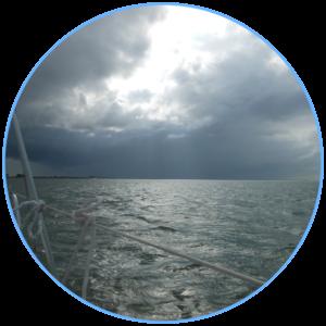 lichtstralen op het water met een donkere lucht