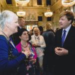 de kracht van 8 finalist kroonappel actie oranje fonds 2013, Margrete Stoute en Gonny Vijn-Bakker in gesprek met koning Willem Alexander in het Paleis in Amsterdam