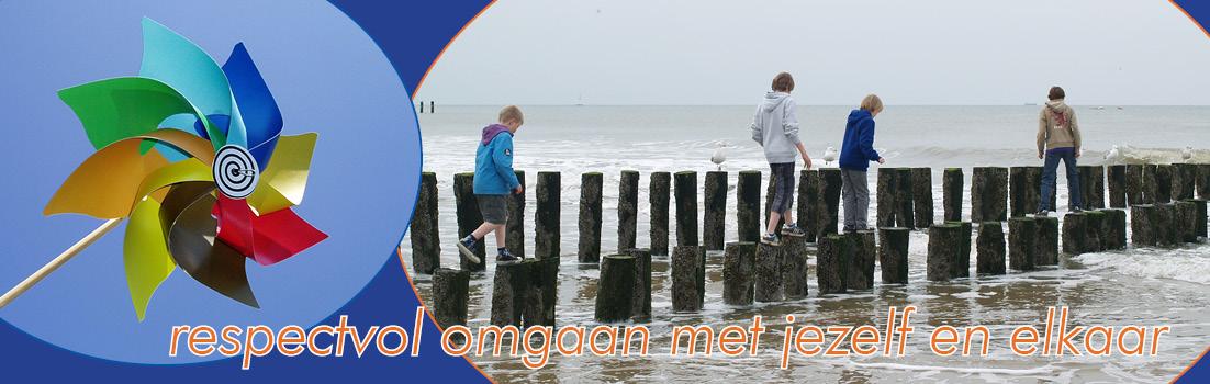 kinderen spelen buiten bij de zee