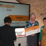 de kracht van 8 finalist kroonappel actie oranje fonds 2013, Margrete Stoute en Gonny Vijn-Bakker nemen de prijs in ontvangst